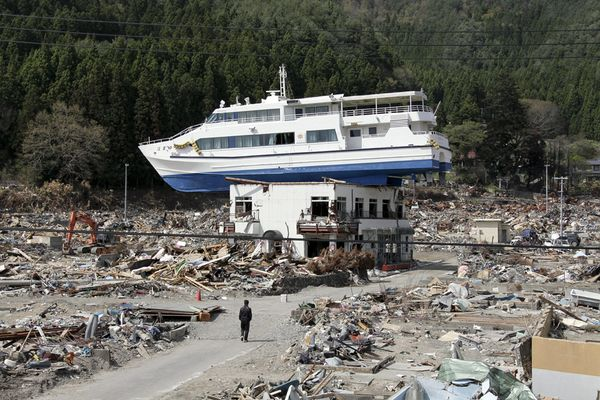 japan-earthquake-tsunami-before-after-boat-before_49801_600x450